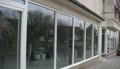 choisir sa vitrine verre ou plexiglas. Black Bedroom Furniture Sets. Home Design Ideas